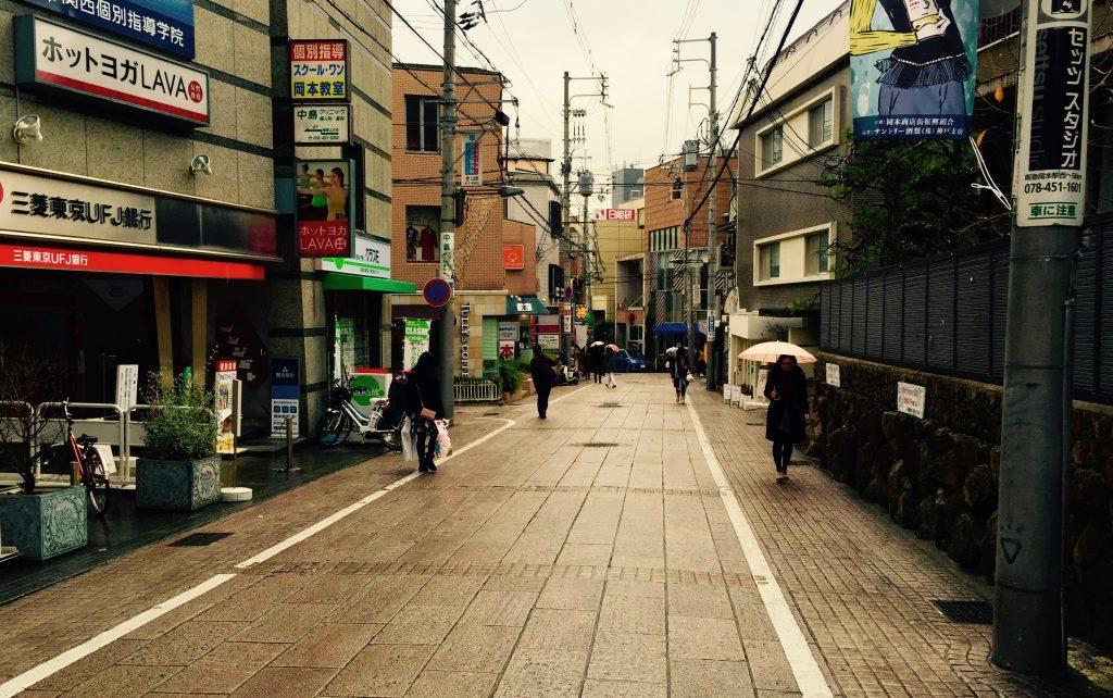 岡本駅前の石畳