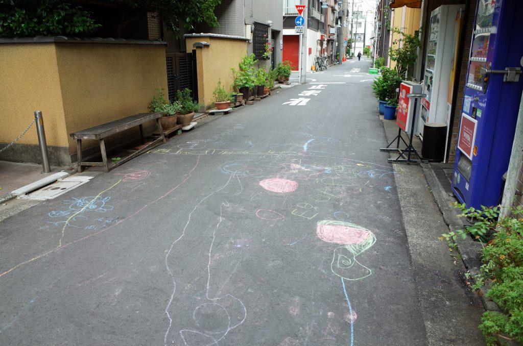 浅草 路地のチョークの落書き